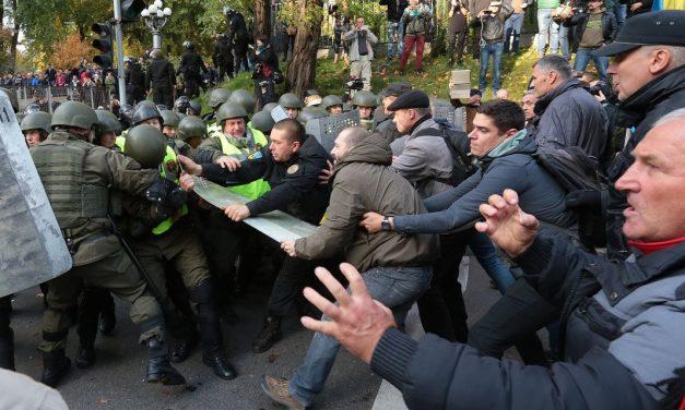 Kilka tysięcy osób demonstrowało dziś przed siedzibami rządu i parlamentu w Kijowie